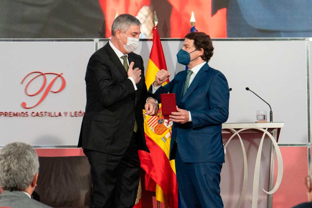 Alfonso Fernández Mañueco entre la Medalla de Oro de Castilla y León a José Vicente de los Mozos, nacido en Brasil e hijo de un emigrante palentino y que ha llegado a alto ejecutivo de Renault.