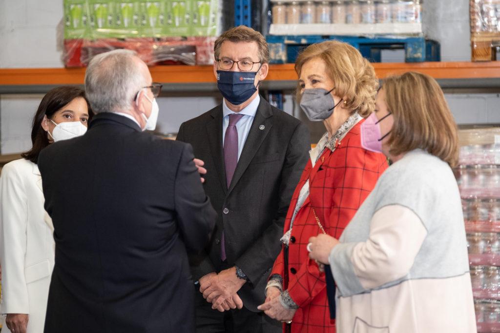 El presidente de la Xunta, Alberto Núñez Feijóo, acompañó el pasado día 21 a la Reina Sofía en su visita al Banco de Alimentos Rías Altas en A Coruña.