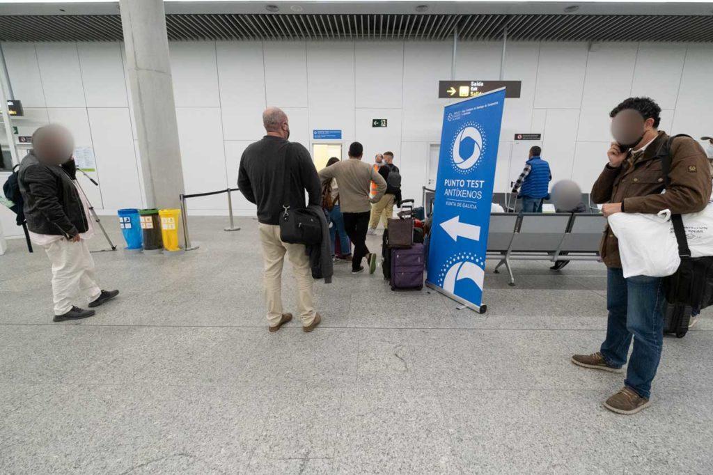 Punto de cribado voluntario para pasajeros en el aeropuerto de Santiago mediante tests de antígenos.