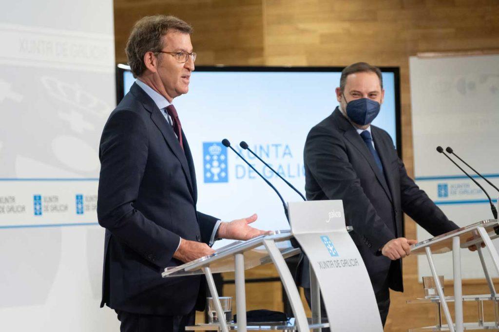 El presidente de la Xunta, Alberto Núñez Feijóo, y el ministro de Transportes, José Luis Ábalos, en la comparecencia posterior a su reunión en Santiago.