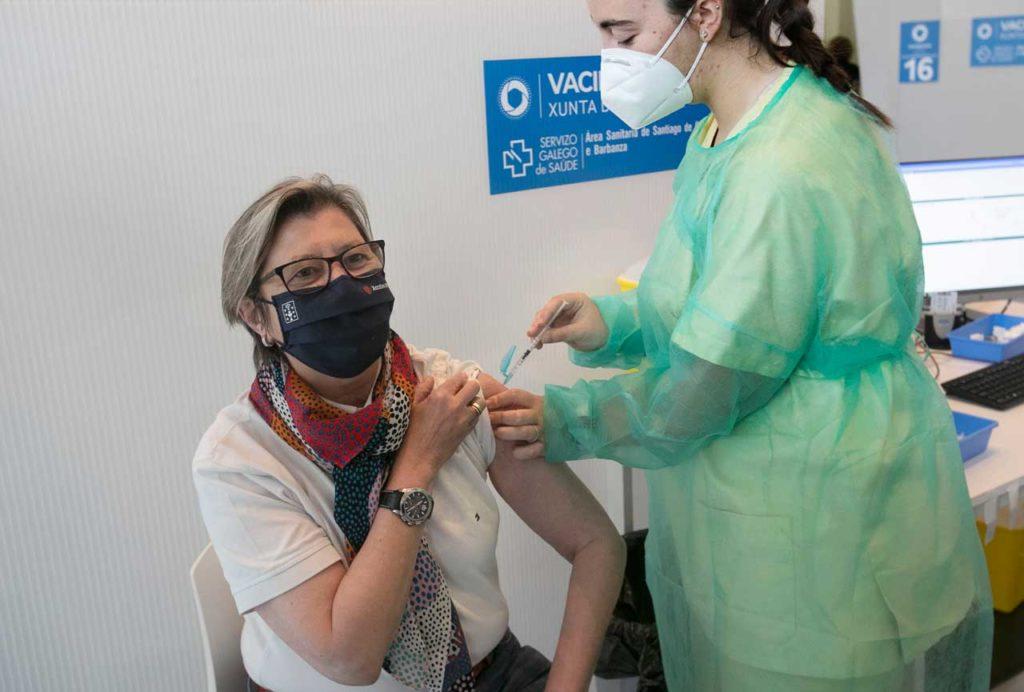 El pasado día 23 le tocó el turno de vacunarse a la conselleira do Mar, Rosa Quintana, quien pidió al Gobierno de España que se inmunice a los marineros.