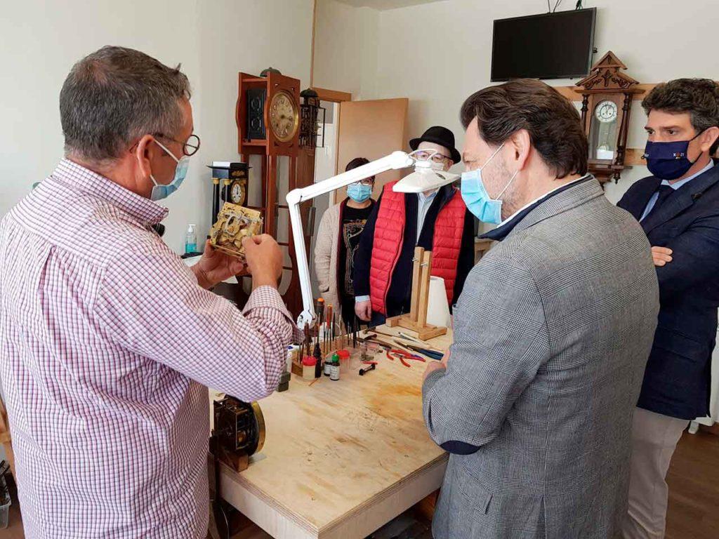 Rodríguez Miranda charla con José Armando Chao Gil.