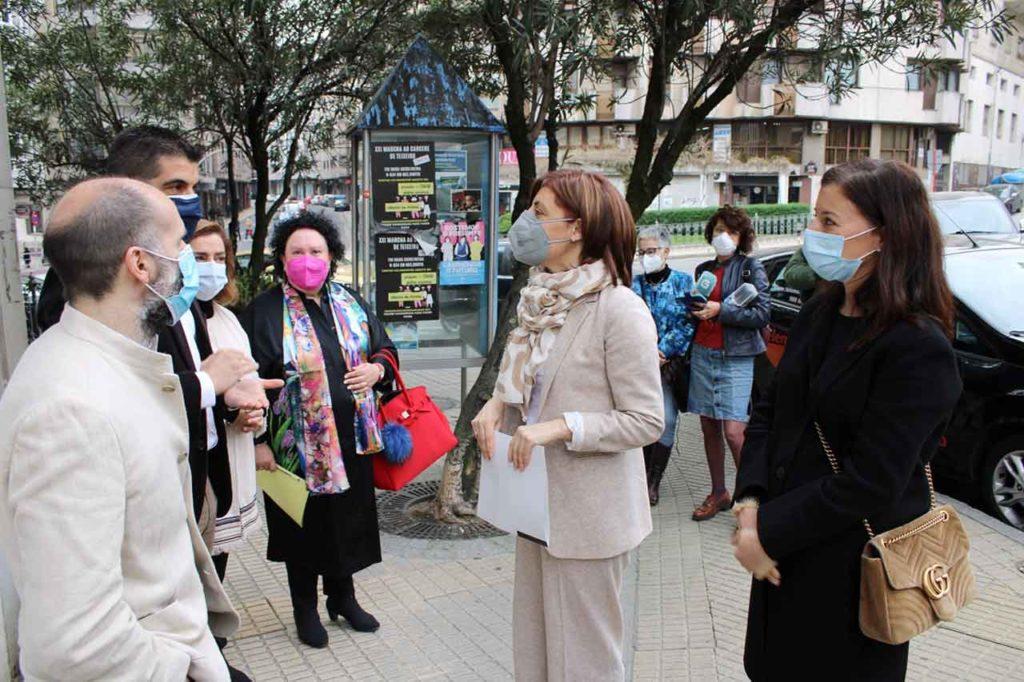 La conselleira Ángeles Vázquez con miembros de la Unidade Interdisciplinar de Traballo Social de Ourense.