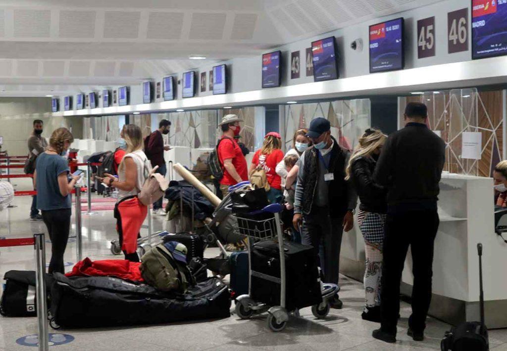 Españoles en el aeropuerto de Casablanca regresando de Marruecos.