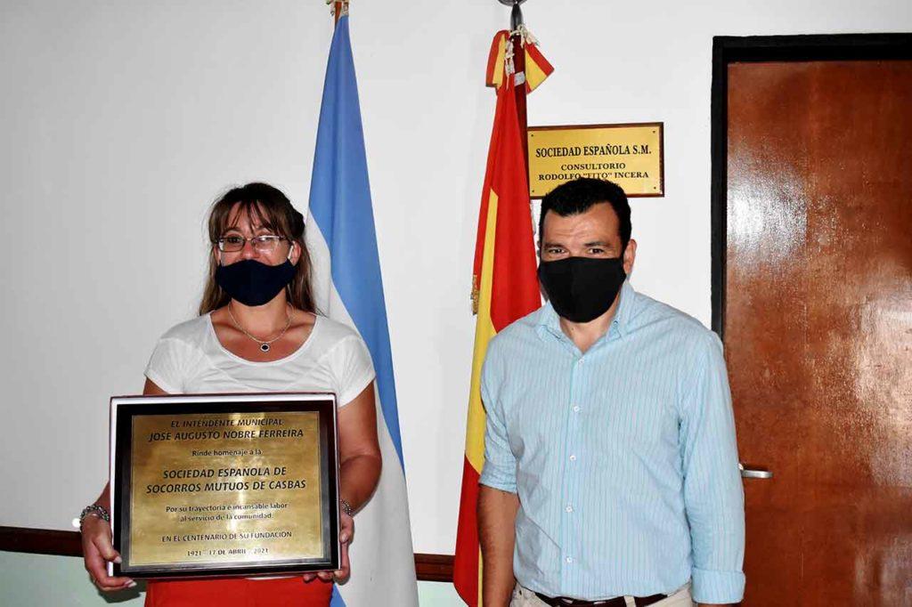 Alejandra Solari recibió la placa conmemorativa de manos del intendente José Augusto Nobre Ferreira.