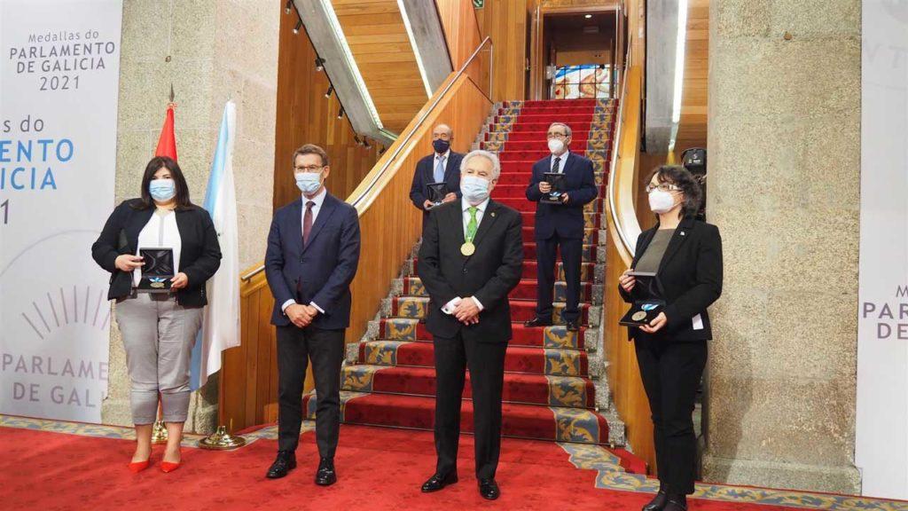 Los presidentes de la Xunta, Alberto Núñez Feijóo, y del Parlamento de Galicia, Miguel Santalices, con los representantes de las fundaciones que recogieron el galardón.