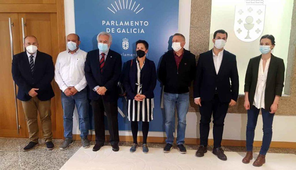 El presidente del Parlamento, Miguel Santalices (tercero izquierda) y representantes de los grupos políticos se reunieron con familiares de Diego Bello.