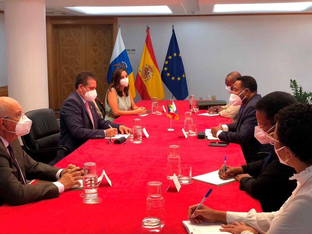 Juan Rafael Zamora Padrón, segundo por la izquierda, en un momento de la reunión.