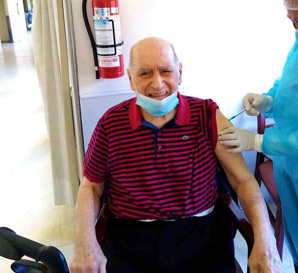 Un emigrante gallego residente en el Hogar Gallego recibe la vacuna.