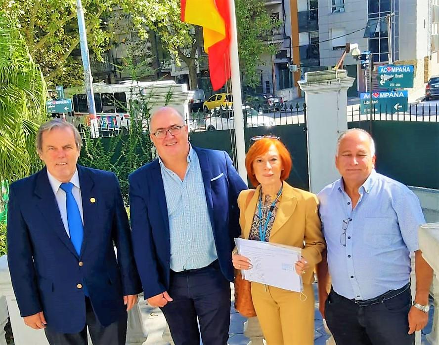 Miembros de la lista 5 presentando la candidatura en el Consulado de Montevideo.