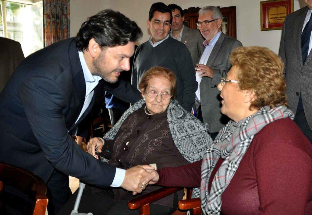 Antonio Rodríguez Miranda con emigrantes mayores en Uruguay.