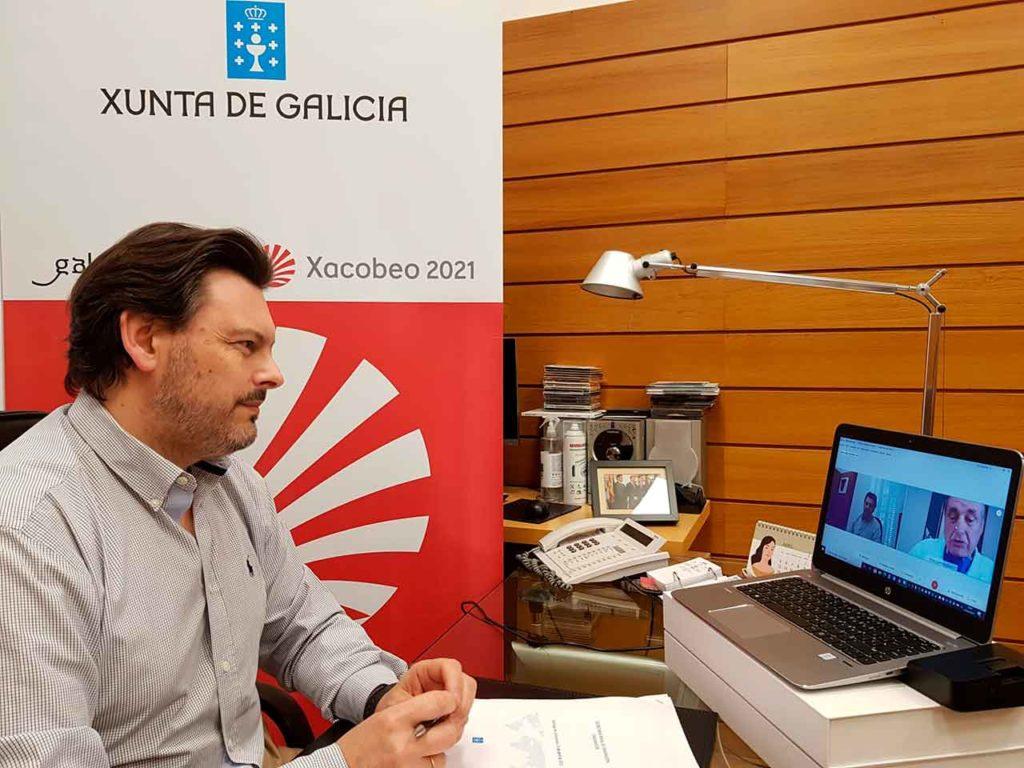 El secretario xeral da Emigración, durante la videoconferencia, en su despacho en la capital de Galicia.