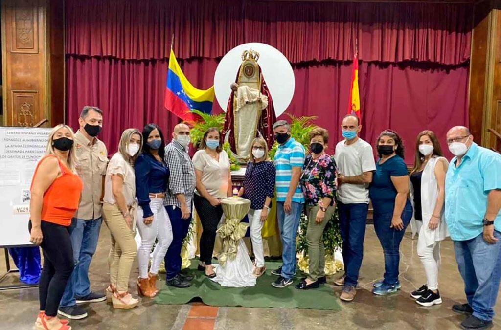 La nueva directiva el día de la reelección junto a la imagen de la Virgen de Candelaria, patrona de las Islas Canarias.