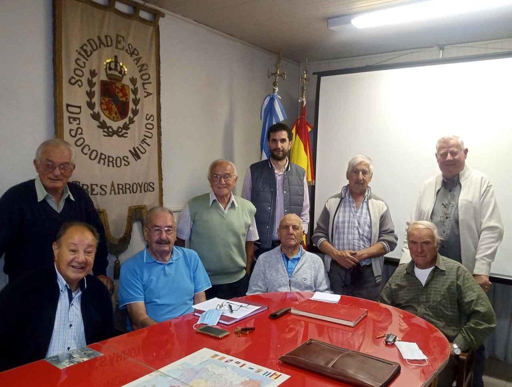 La nueva directiva con Raúl Alberto Renaud sentado en el centro.