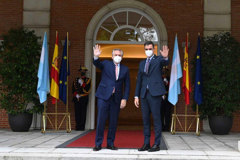 El presidente del Gobierno de España, Pedro Sánchez, recibió en el Palacio de la Moncloa al presidente de Argentina, Alberto Fernández, en el marco de su gira europea.