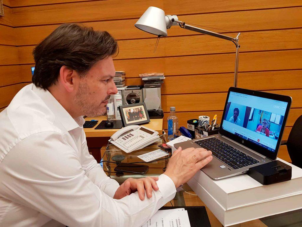 Miranda mantuvo una videoconferencia con la presidenta del Centro Gallego de Ceuta, Elvira Lama.