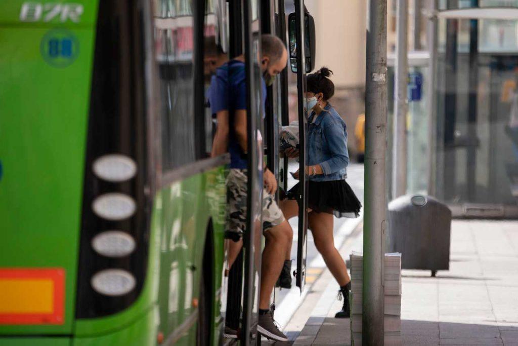 La medida permite a los jóvenes desplazarse desde cualquiera de los 313 ayuntamientos de Galicia a otro sin que les cueste un solo euro.