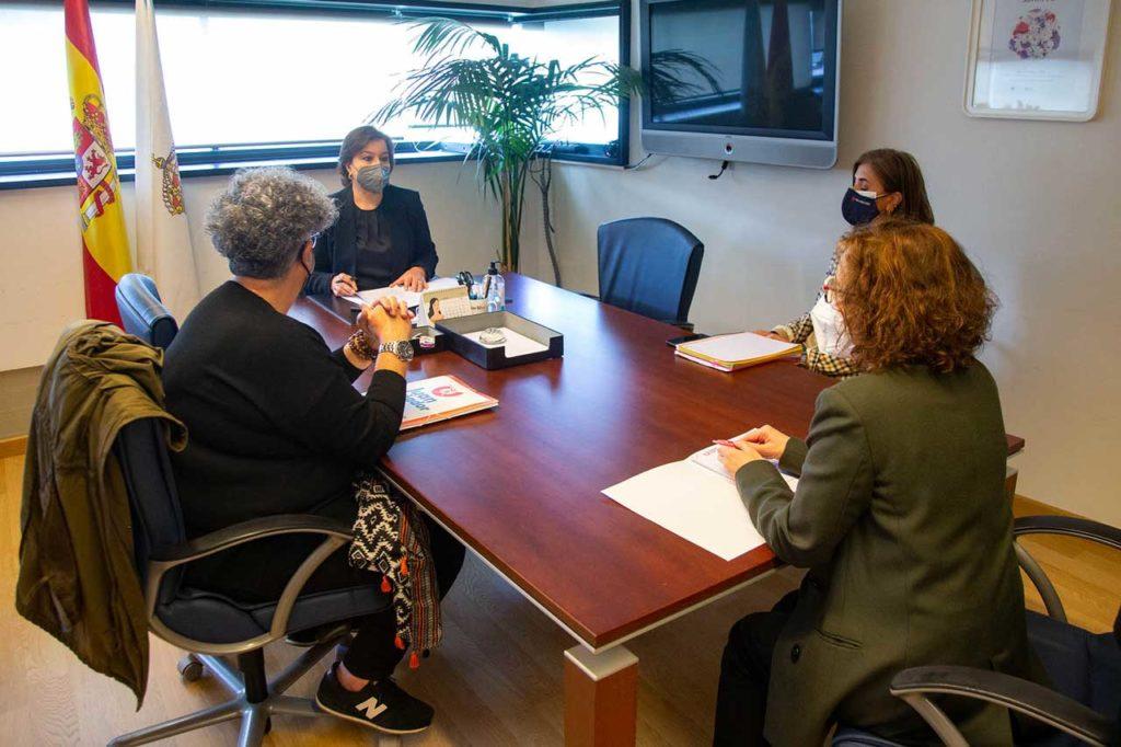 La secretaria xeral da Igualdade, Susana López Abella, con los representantes de la Fundación Juan Soñador.