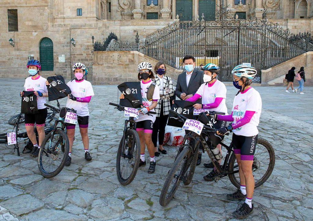 Rodríguez Miranda y María Baleato con las componentes del club de ciclismo 'Una a una' en la Plaza del Obradoiro.