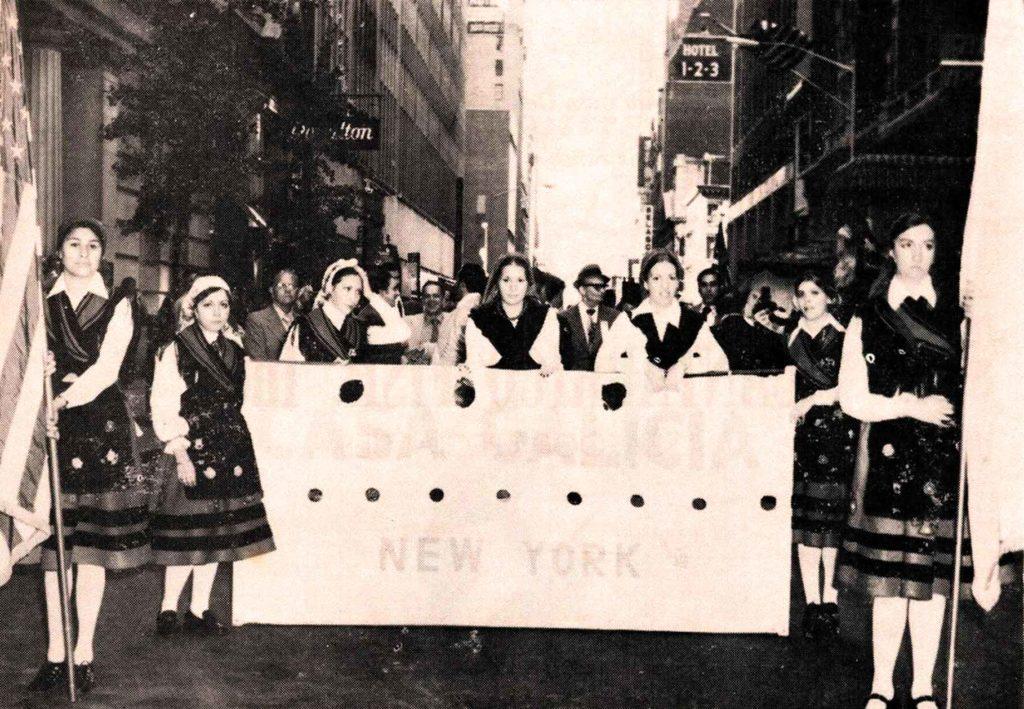 Socias de la Casa de Galicia-Unidad Gallega de Nueva York desfilando por la Quinta Avenida (1972).