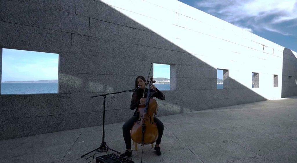 La violenchelista viguesa Margarita Marino le pone música y voz a los versos de Xela Arias 'Tigres coma cabalos'.