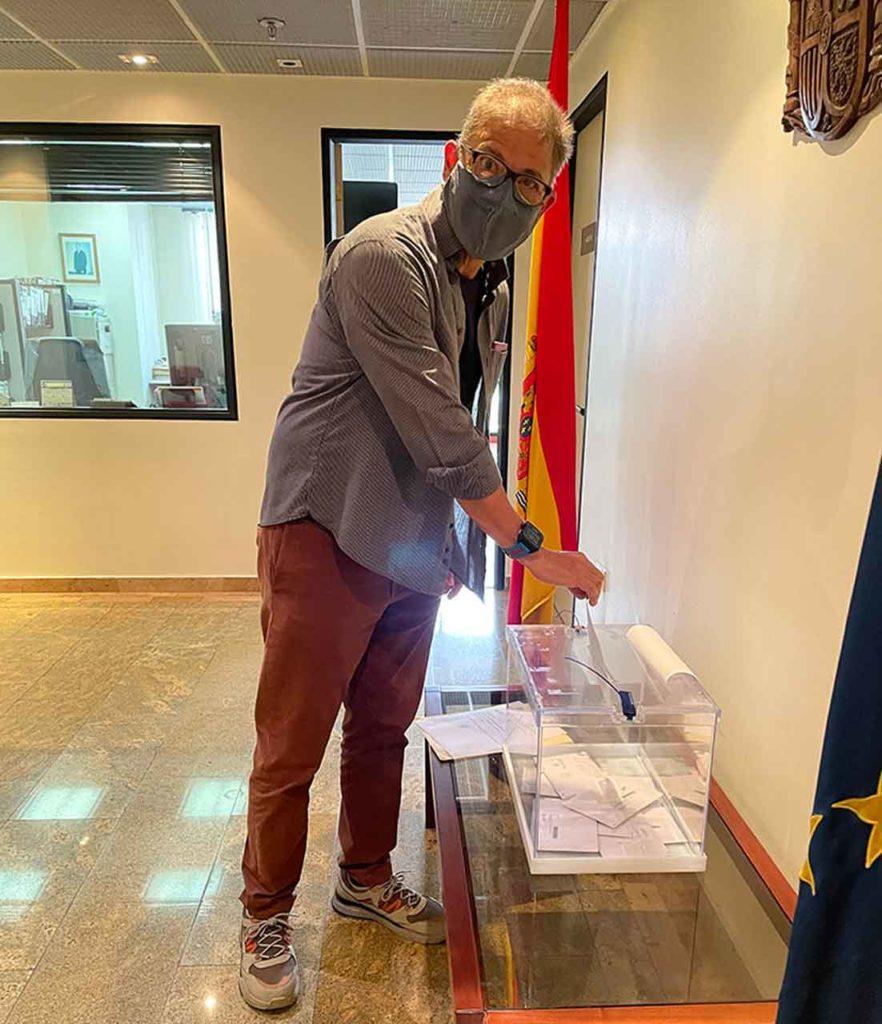 Uno de los votantes madrileños en el Consulado de Caracas.
