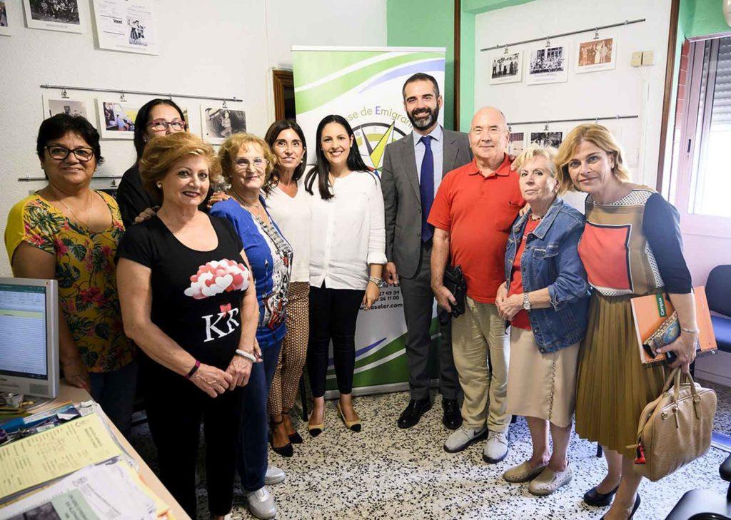 Miembros de Asaler con el alcalde de Almería.