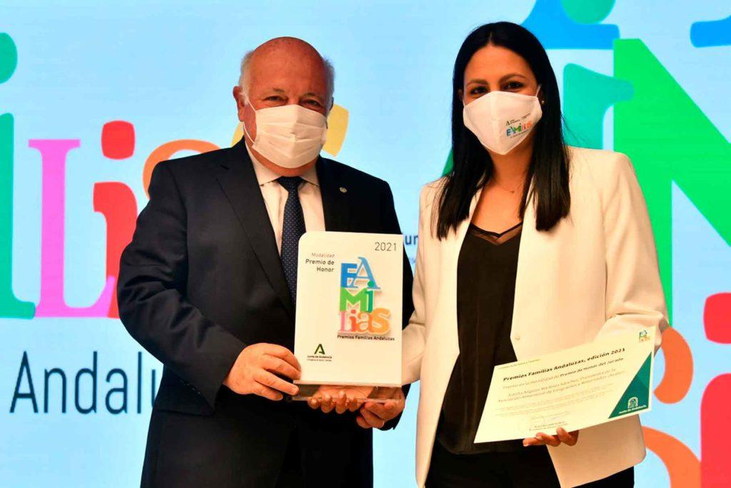 Jesús Aguirre entregó el premio a Ángeles Martínez Sánchez.