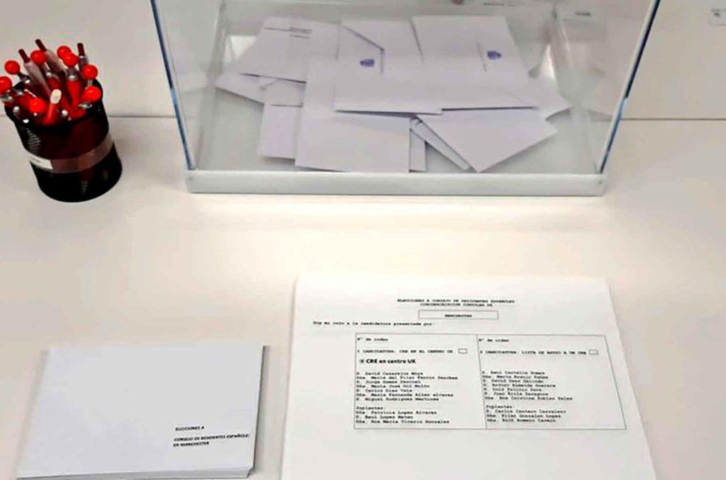 Urna y papeletas en el Consulado de España en Manchester.