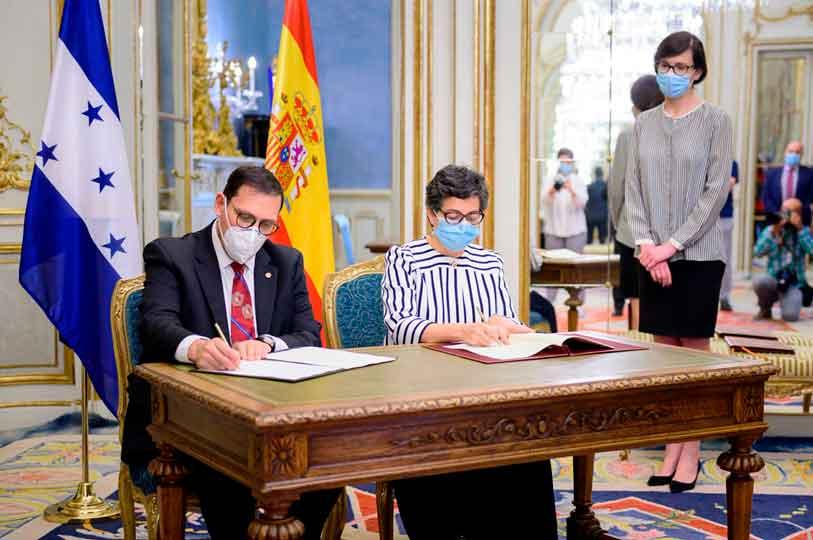 La ministra de Asuntos Exteriores, Unión Europea y Cooperación, Arancha González Laya, y el secretario de Estado de Relaciones Exteriores y Cooperación Internacional de Honduras, Lisandro Rosales Banegas, rubricaron el documento.