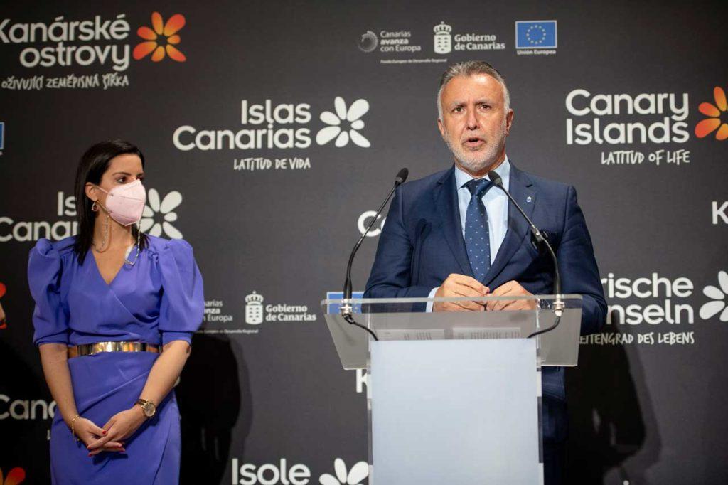 El presidente de Canarias, Ángel Víctor Torres, y la consejera Yaiza Castilla en Fitur.