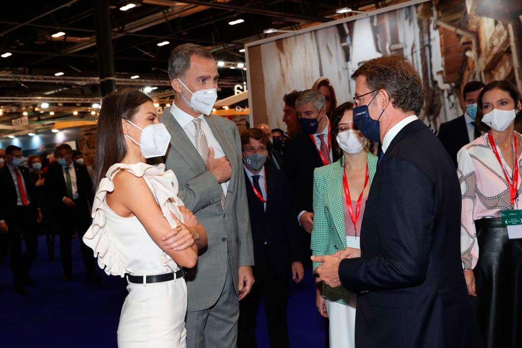 El presidente de la Xunta, Alberto Núñez Feijóo, saludó a los Reyes de España a su paso por el stand gallego en Fitur.