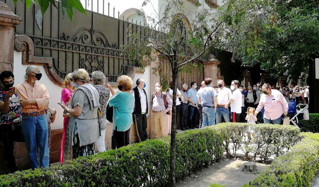 Largas filas de votantes se agolparon ante el Consulado de España en Ciudad de México.