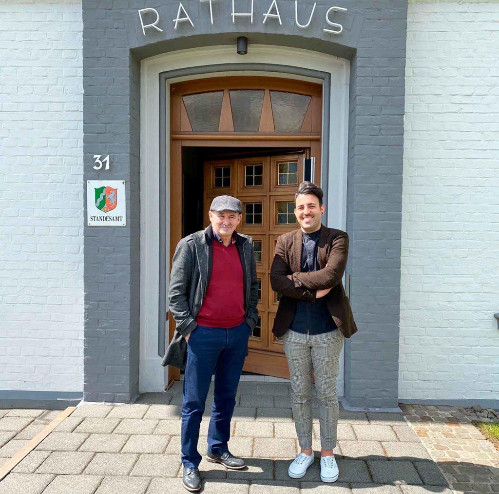 Miembros de la Coordinadora en la entrada del ayuntamiento histórico de Odenthal.