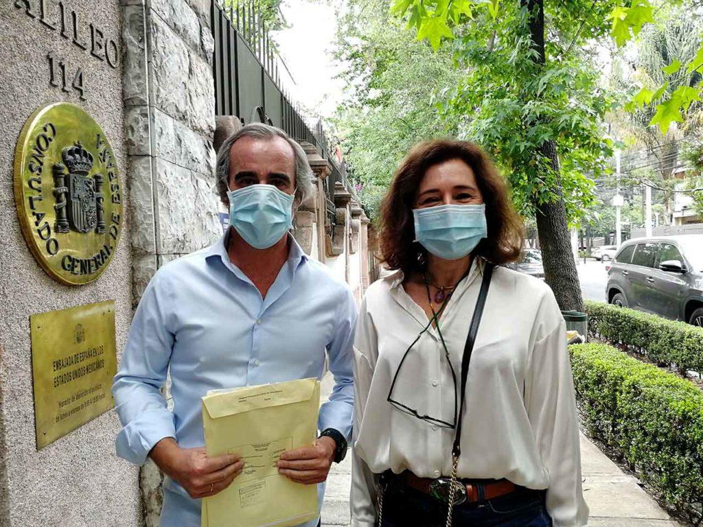 Marta Ferré y Luis Ramírez a las puertas del Consulado de España en Ciudad de México.