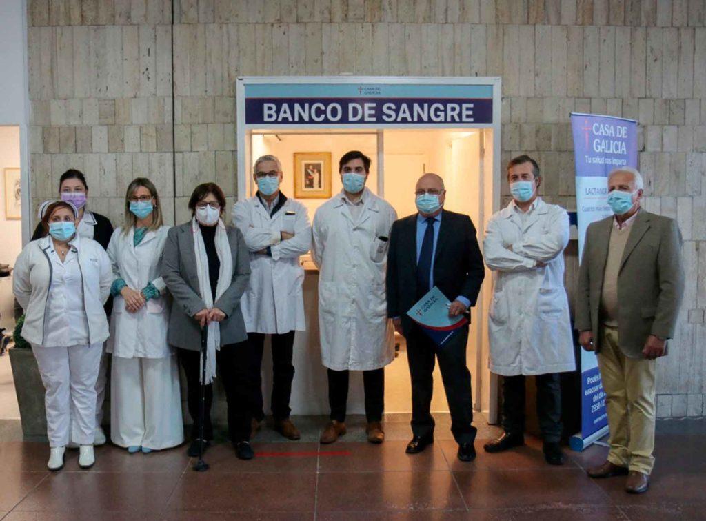 Alberto Iglesias, tercero por la derecha, con autoridades médicas de Casa de Galicia.
