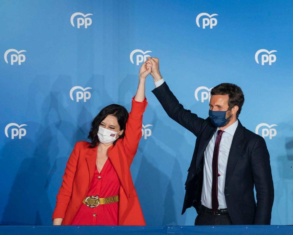 La ganadora de las elecciones, Isabel Díaz Ayuso (PP), celebra la victoria acompañado por el líder nacional de su formación, Pablo Casado, en el balcón de la sede del partido.