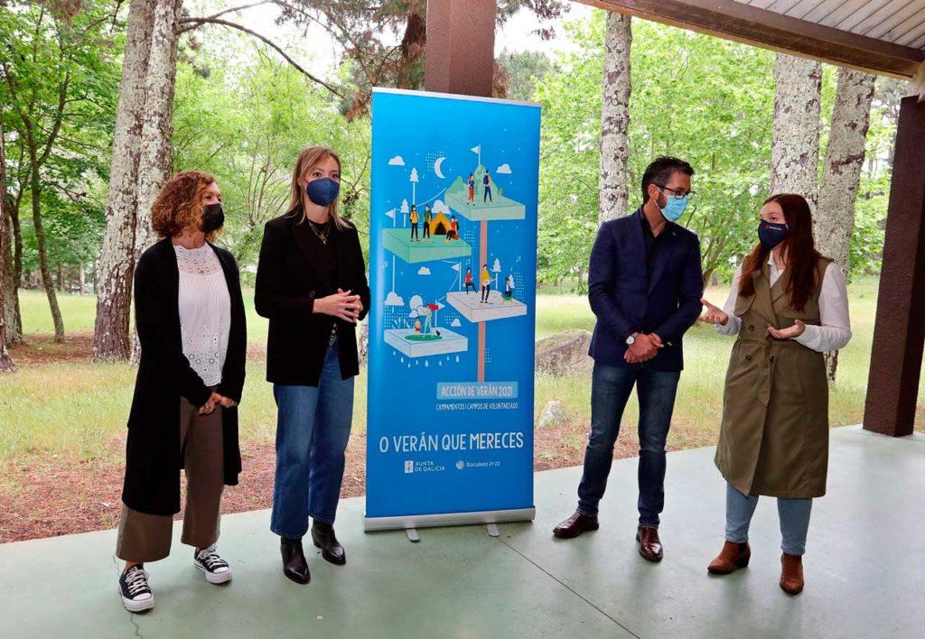 La conselleira de Política Social, Fabiola García (2ª por la izquierda), presentó el programa de actividades para los próximos meses en el campamento juvenil Virxe de Loreto, en Porto do Son.