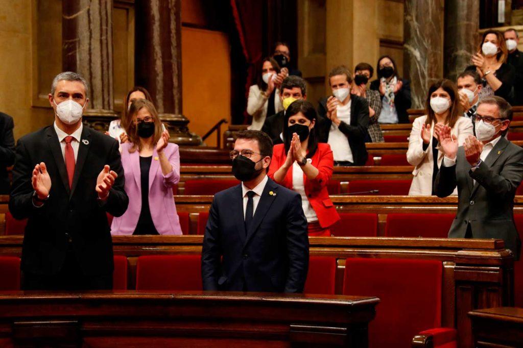 Pere Aragonès (ERC) recibe el aplauso de los diputados tras su elección.