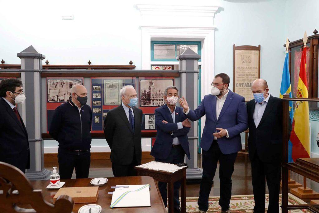 Adrián Barbón y Miguel Ángel Revilla, segundo y tercero por la derecha, durante la visita a la Fundación Archivo de Indianos.