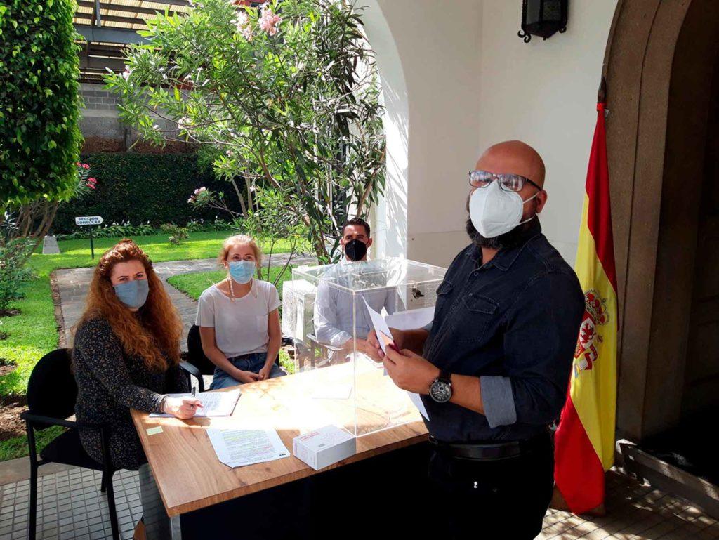 Votando en las elecciones al CRE de Guatemala.
