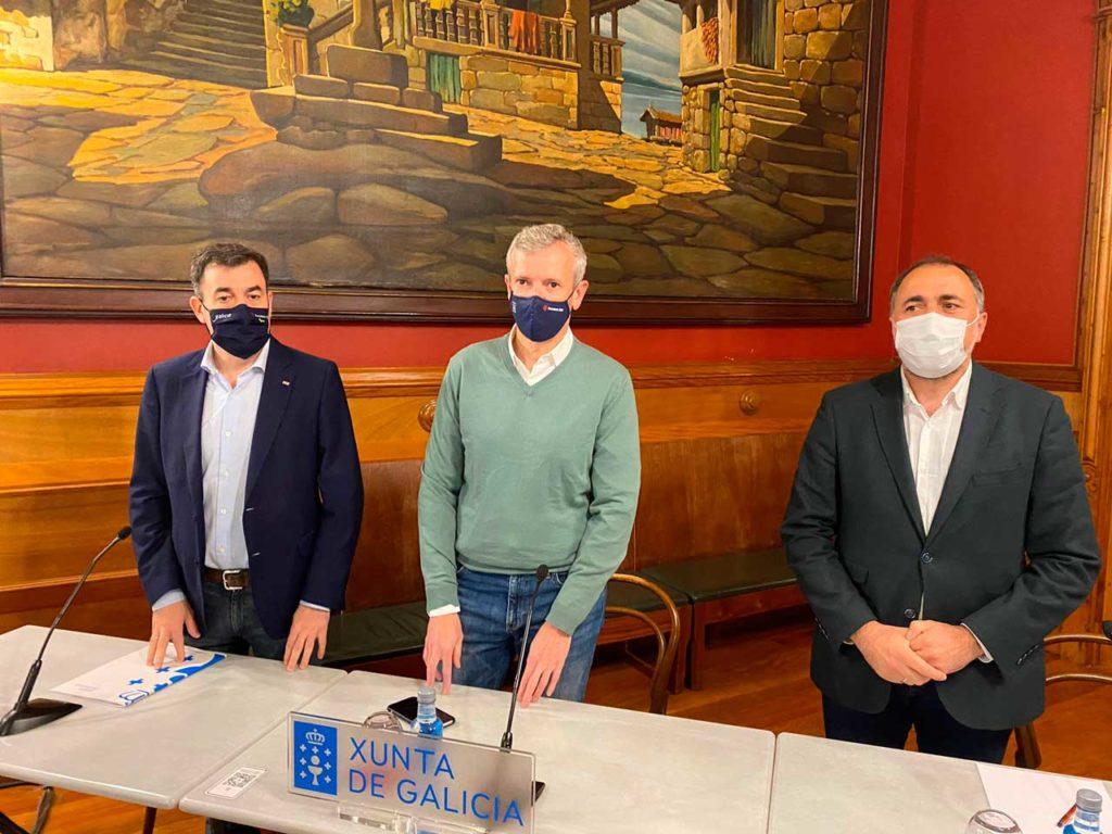 El vicepresidente primero, Alfonso Rueda (centro) y los conselleiros Román Rodríguez y Julio García Comesaña presentaron los protocolos para grandes espectáculos al aire libre.