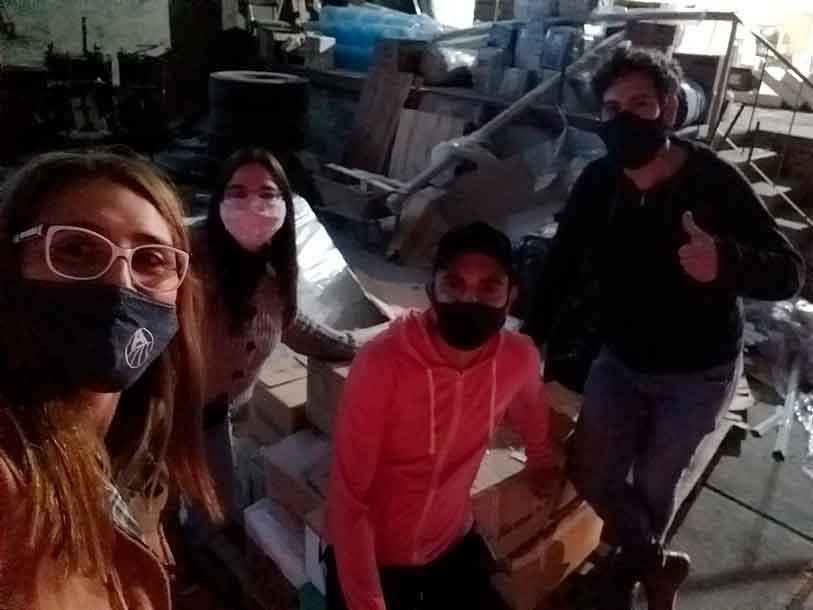 Miembros del Club Español de Tres Arroyos con el material donado.
