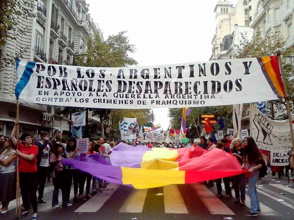 Integrantes de la Agrupación Federico García Lorca en una manifestación por las calles de Buenos Aires.