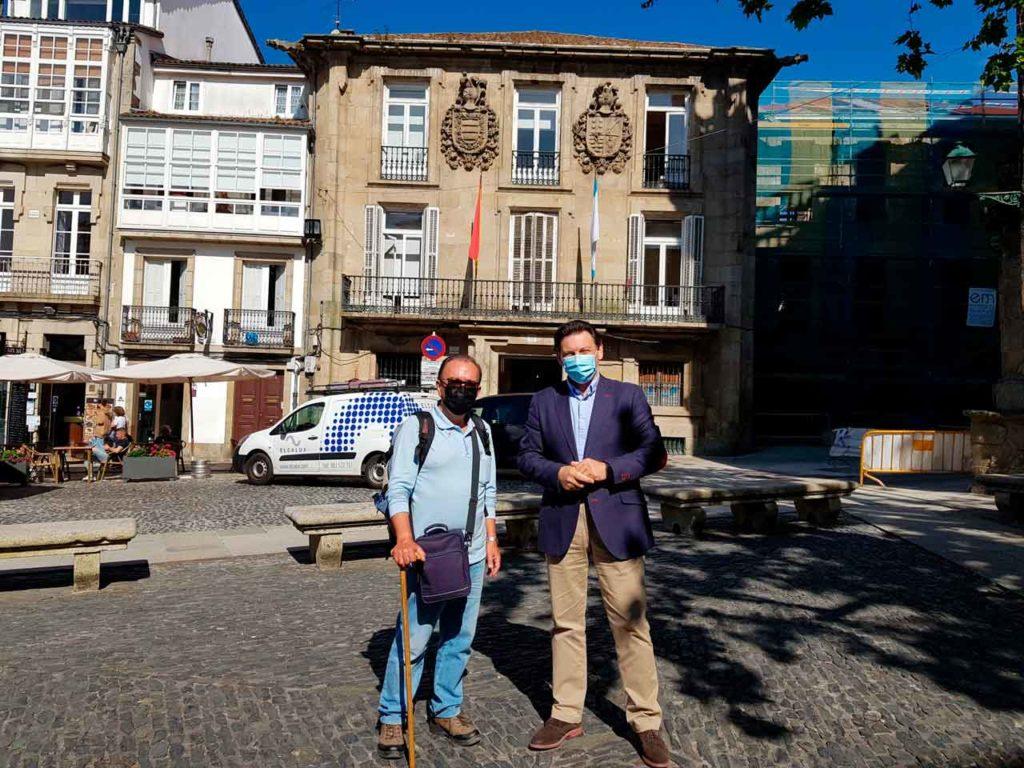 Antonio Pastoriza y Antonio Rodríguez Miranda frente a la sede de la Secretaría Xeral da Emigración en Santiago.