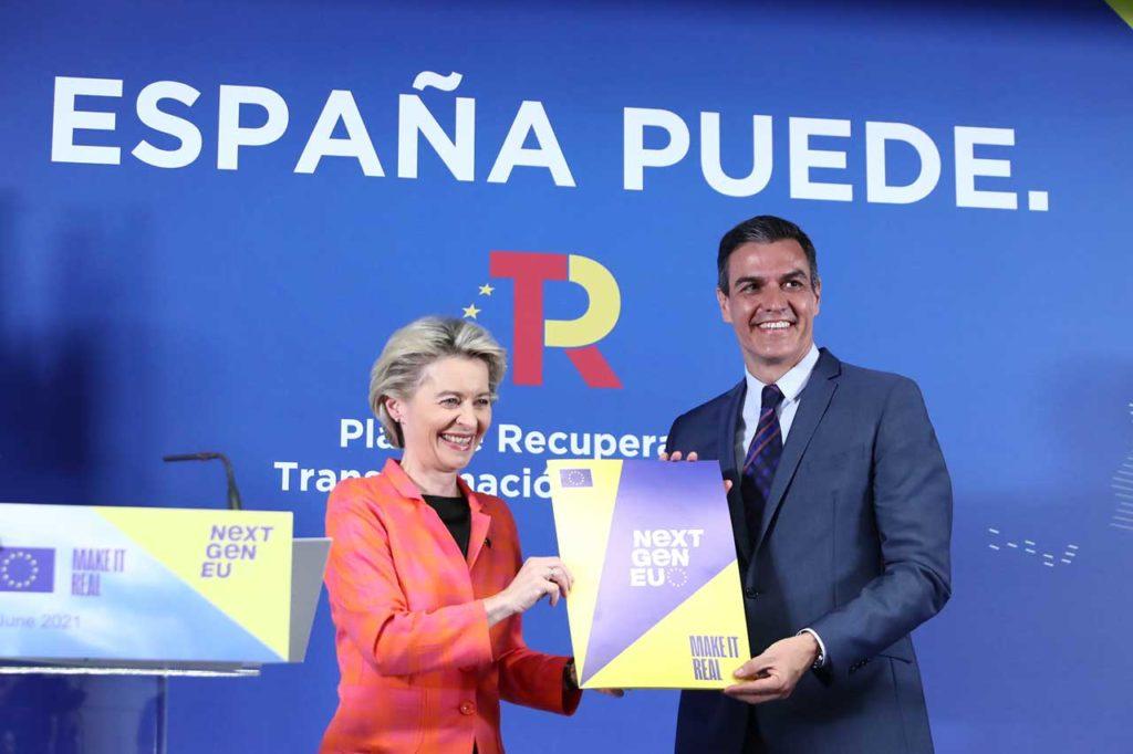 La presidenta de la Comisión Europea, Ursula von der Leyen, entregó al presidente del Gobierno, Pedro Sánchez, durante su comparecencia conjunta en rueda de prensa, el Plan de Recuperación, Transformación y Resiliencia aprobado por la Comisión.