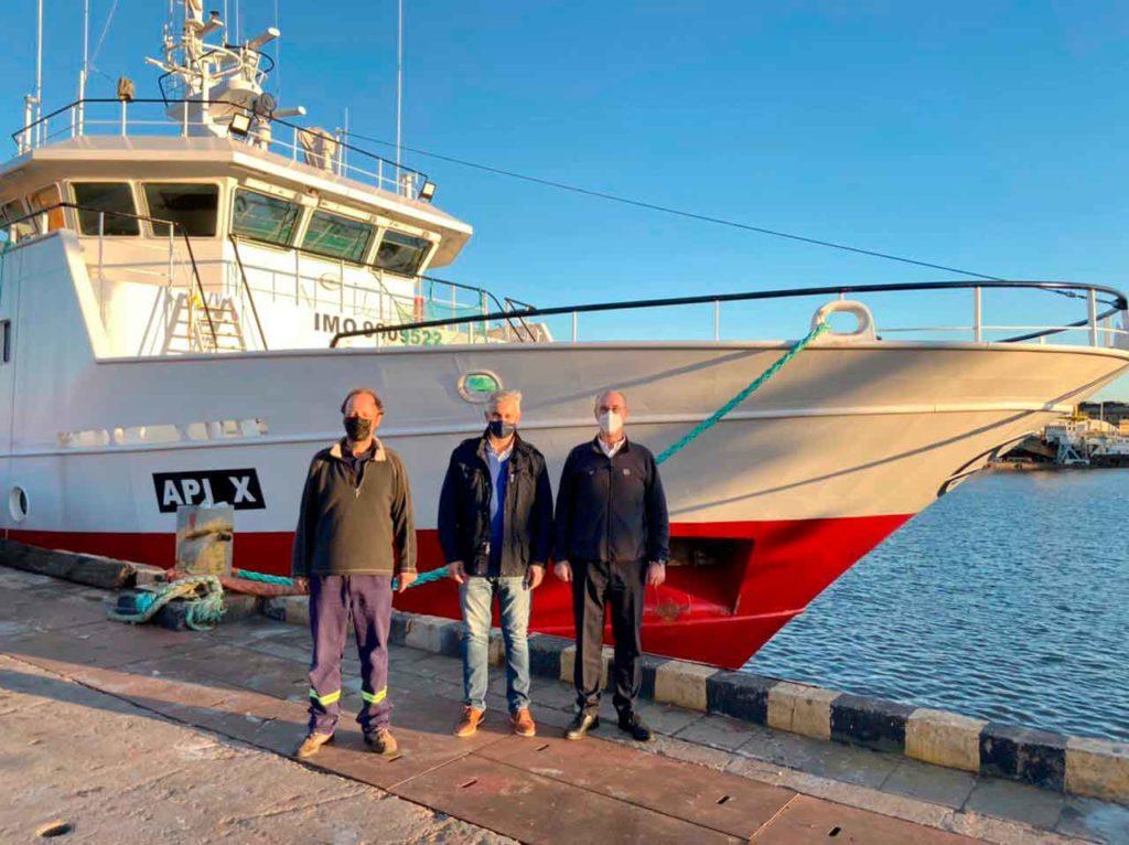 Fernando Llaneza, Alejandro López Dobarro y José Domínguez frente al barco.