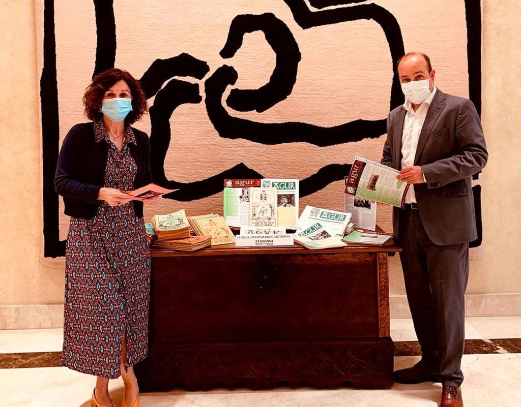 La Secretaria General de Acción Exterior, Marian Elorza, y el Director para la Comunidad Vasca en el Exterior, Gorka Álvarez Aranburu, con los ejemplares de la donación.