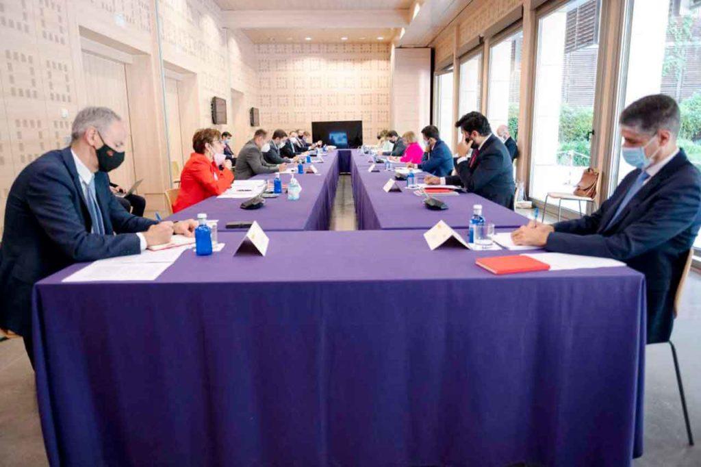 Luis Estaún, a la izquierda, en un momento de la reunión.