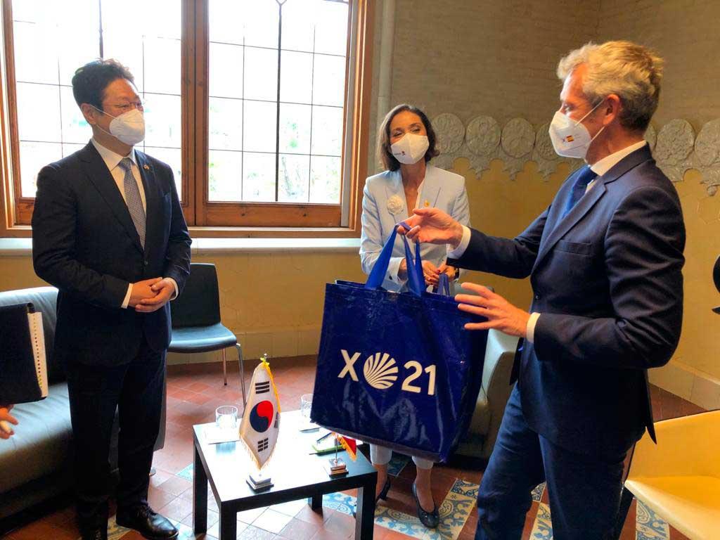 Rueda se reunió por petición coreana con el ministro de Turismo de esa República, Hwang Hee, en Barcelona.